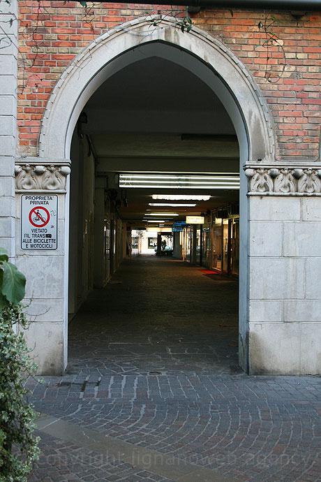 Grado-i üzletek felé vezető utca